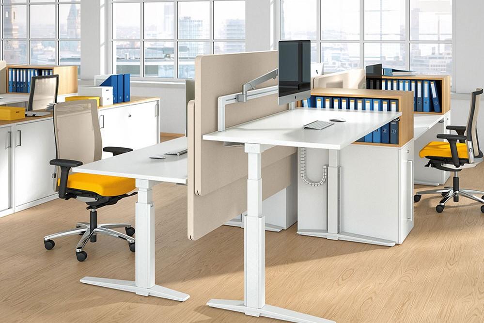 Elektrische zit-sta bureau's: beschikbaar als enkele werkplek of in duo